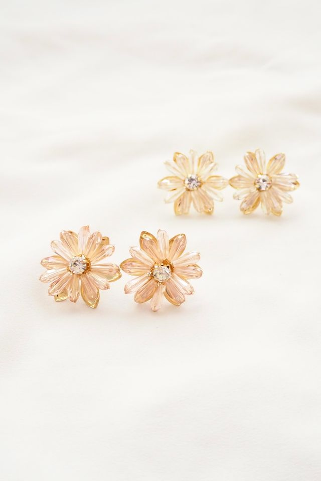 Carrie Flower Earstuds in White